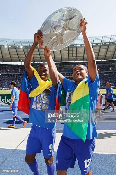 Ronny and Adrian Ramos von Hertha BSC bejubeln mit der Meisterfelge die 2 Bundesliga Meisterschaft und den Aufstieg in die 1 Bundesliga nach dem nach...
