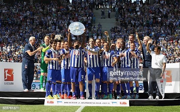 Ronny und die Mannschaft von Hertha BSC bejubeln die 2 Bundesliga Meisterschaft und den Aufstieg in die 1 Bundesliga mit der Meisterfelge auf dem...