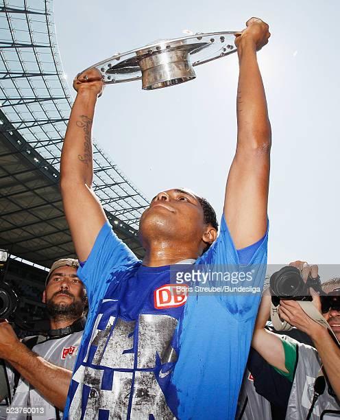 Ronny von Hertha BSC bejubelt mit der Meisterfelge die 2 Bundesliga Meisterschaft und den Aufstieg in die 1 Bundesliga nach dem 2Bundesligaspiels...