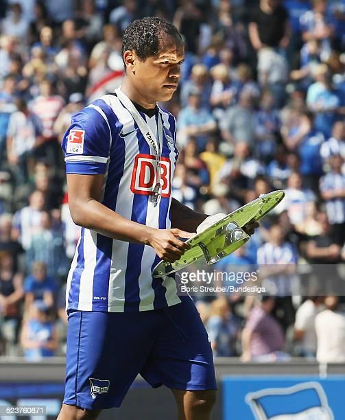 Ronny von Hertha BSC bejubelt mit der Meisterfelge die 2 Bundesliga Meisterschaft und den Aufstieg in die 1 Bundesliga nach dem nach dem...