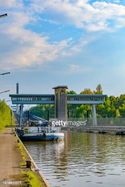 """ronquières hellend vliegtuig in het kanaal in belgië - """"sjoerd van der wal"""" or """"sjo""""nature stockfoto's en -beelden"""