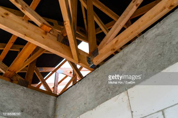 roof trusses covered with a membrane on a detached house under construction, visible roof elements - マゾフシェ県 ストックフォトと画像