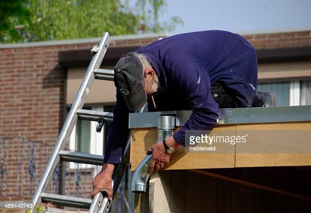 屋根職人がフィット、亜鉛ドレイン - 亜鉛 ストックフォトと画像
