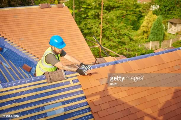 粘土瓦を釘の屋根葺き職人