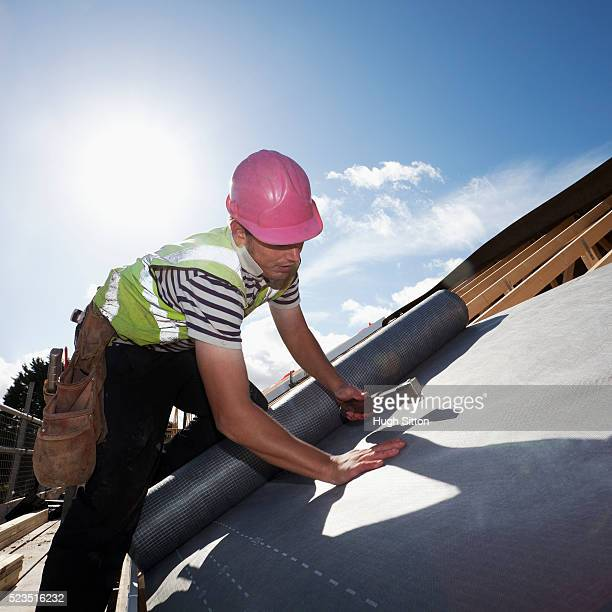 roofer working on construction site - hugh sitton imagens e fotografias de stock