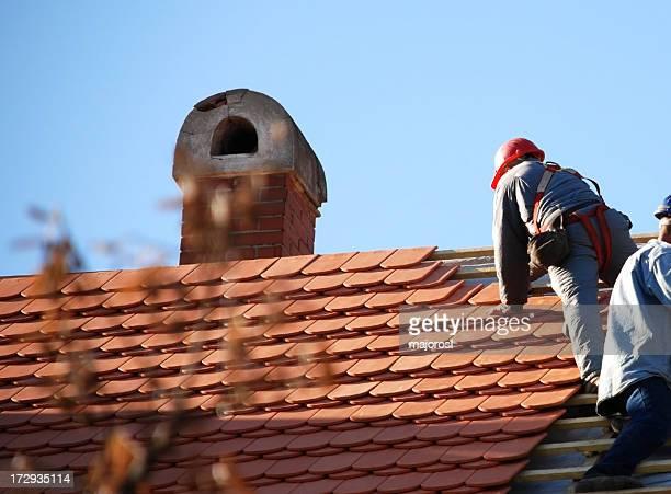 roofers travaillant sur le toit