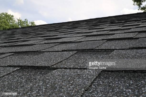 roofing shingles - culebrilla enfermedad fotografías e imágenes de stock