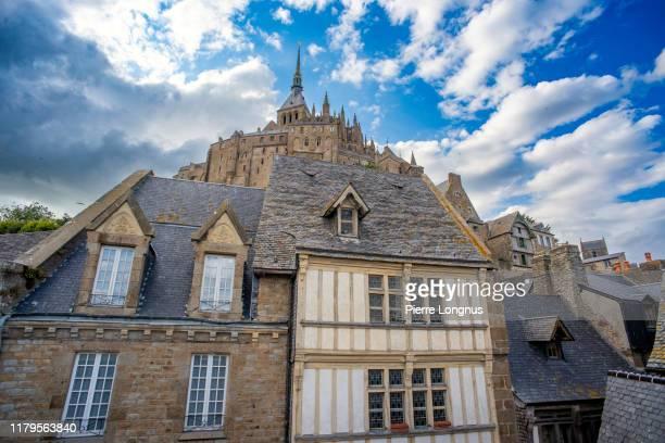 roofs and facades of medieval buildings surrounding mont saint-michel - cotentin photos et images de collection