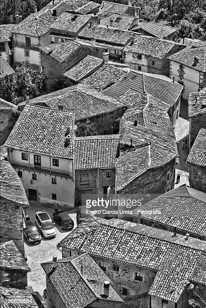 roofs of village castle orbaneja - orbaneja del castillo photos et images de collection