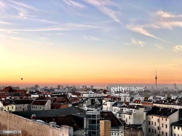 rooftop bar klunkerkranich - dach stock-fotos und bilder