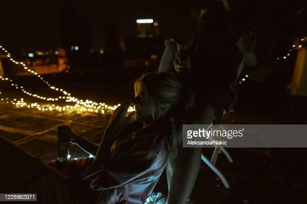 私のガールフレンドと屋上の夜 - ナイトイン ストックフォトと画像