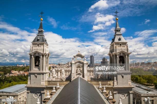 rooftop of almudena cathedral in madrid - catedral de la almudena fotografías e imágenes de stock