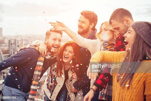 rooftop party moments. - weekend activiteiten stockfoto's en -beelden