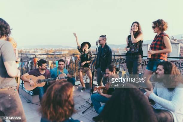 festa no terraço com música ao vivo - cantar - fotografias e filmes do acervo