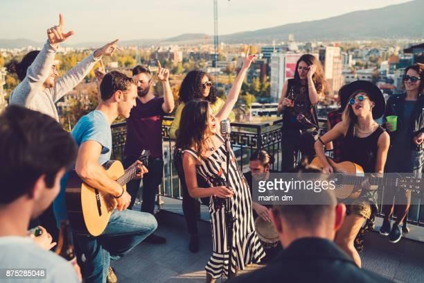 parti sur le toit avec musique live - musicien pop photos et images de collection