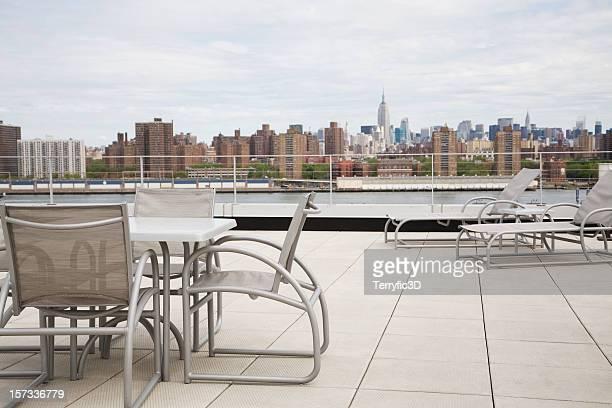 Terrasse auf dem Dach mit Blick auf New York City.