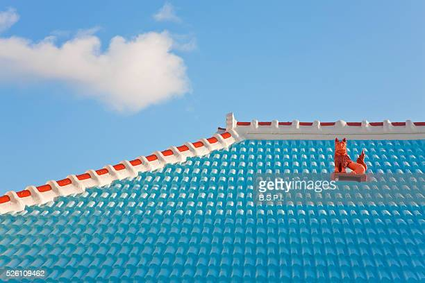 rooftop shisa guardian lion on ikei-jima island in japan's okinawa prefecture - okinawa prefecture stock pictures, royalty-free photos & images