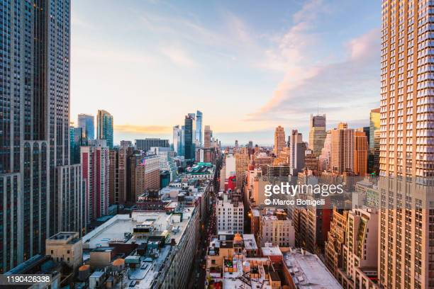 rooftop view of midtown manhattan skyline, new york city - paesaggio urbano foto e immagini stock