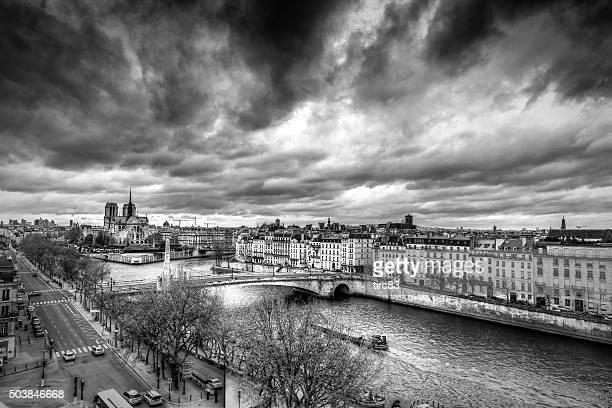 Sur le toit avec vue sur le centre-ville de Paris