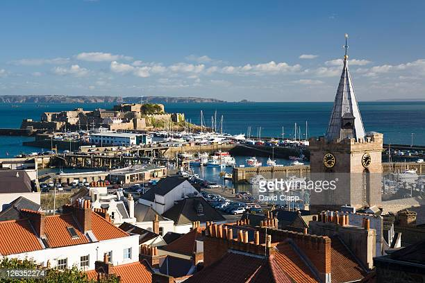 rooftop view over st peter port harbour towards castle cornet in the distance. - isola di guernsey foto e immagini stock
