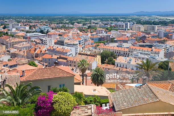 rooftops, mediterranean sea and offshore islands of levant, port-cros and porquerolles from parc castel ste-claire. - claire castel imagens e fotografias de stock