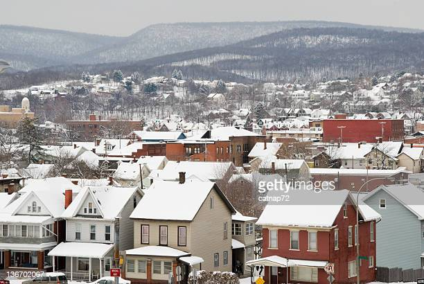 Tejados de un pueblo americano en la nieve, de alto ángulo