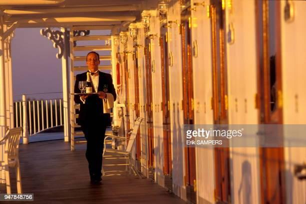 """Room service avec du champagne sur le pont du bateau à vapeur """"American Queen"""" dit le """"Monster"""" sur le fleuve Mississippi, Etats Unis."""