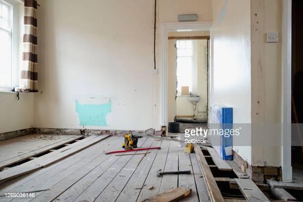 kamer onder renovatie - herbouwen stockfoto's en -beelden