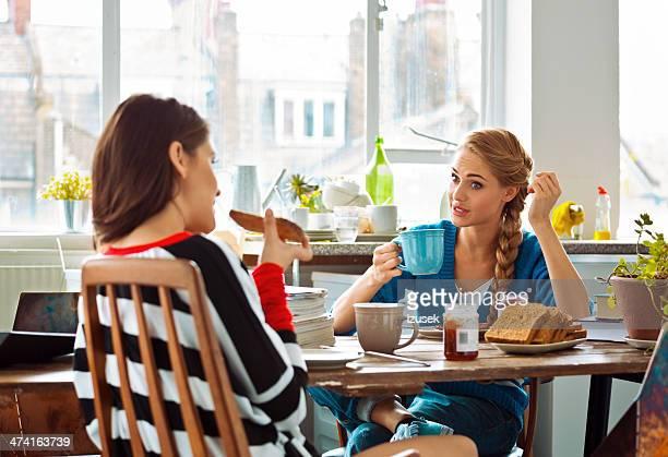 Companheiros de casa a comer o pequeno-almoço