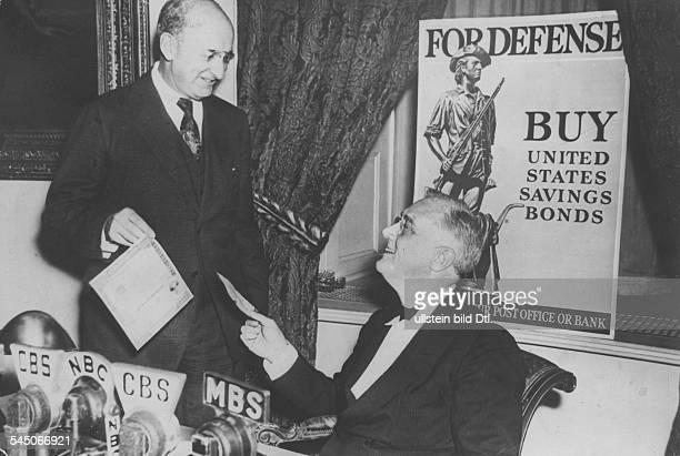 "Roosevelt, Franklin *30.01.1882-+Politiker, USAPräsident 1933-1945mit Henry Morgenthau vor einem Plakat ""For defense - Buy United States saving..."