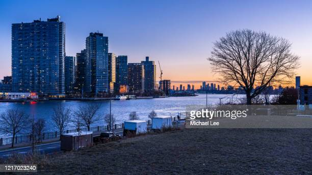 roosevelt island sunset view - new york - queens new york city stock pictures, royalty-free photos & images