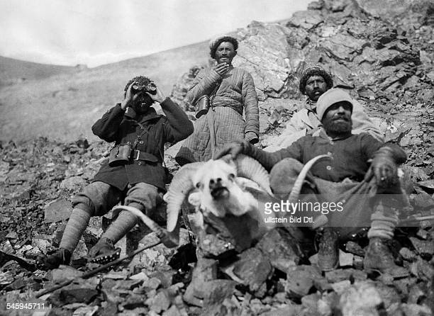 Roosevelt Theodore sons James Simpson Roosevelt Field Museum Expedition to Central Asia Hunting groub with killed Ovis Poli on the right Theodore...