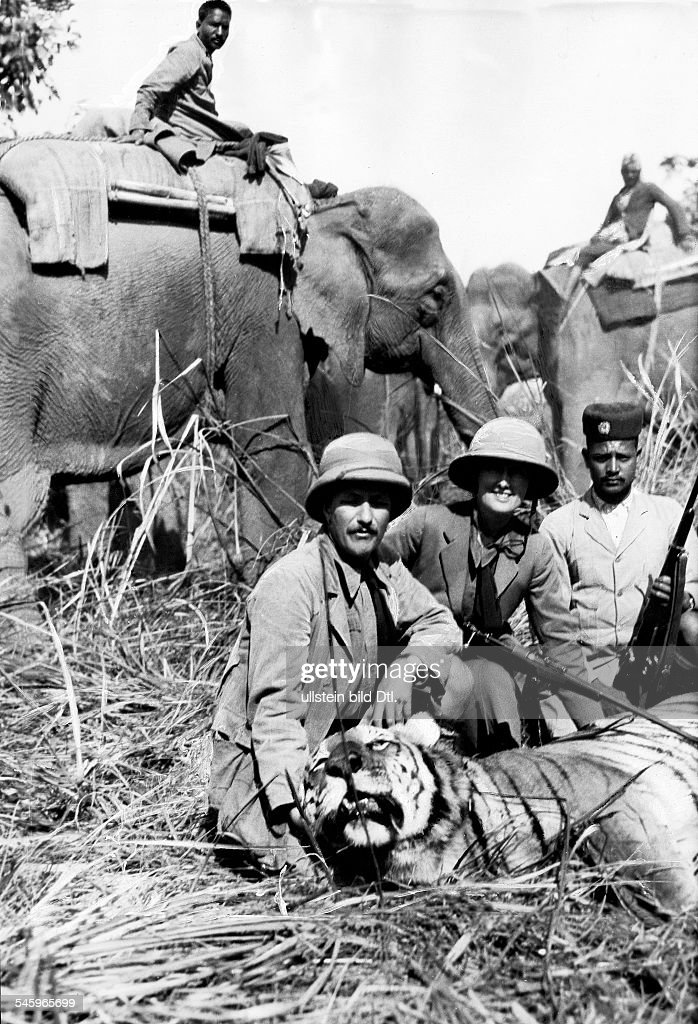 Roosevelt Theodore, sons: James Simpson Roosevelt Field Museum Expedition to Central Asia (Theodore R. jr. and Kermit R.): Kermit Roosevelt and his wife Belle at the tiger hunt with a killed tiger. Nepal, 1925Wide World Photo 1926 : News Photo