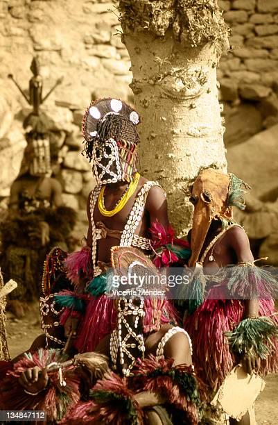 rooster masks with cauri shells, nombori - vicente méndez fotografías e imágenes de stock