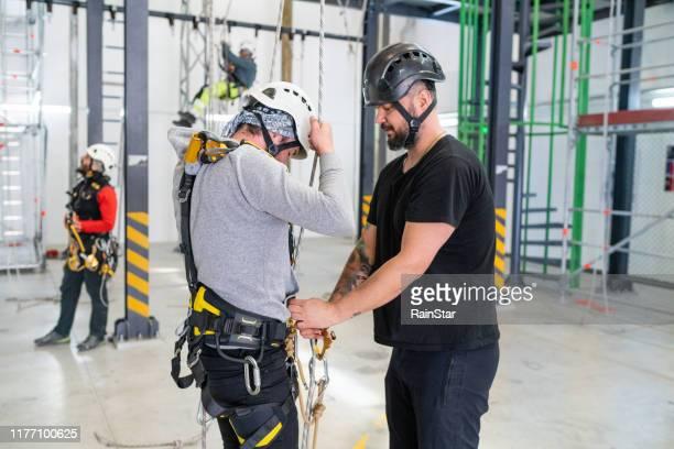 training voor rope access technician - redding sporten stockfoto's en -beelden