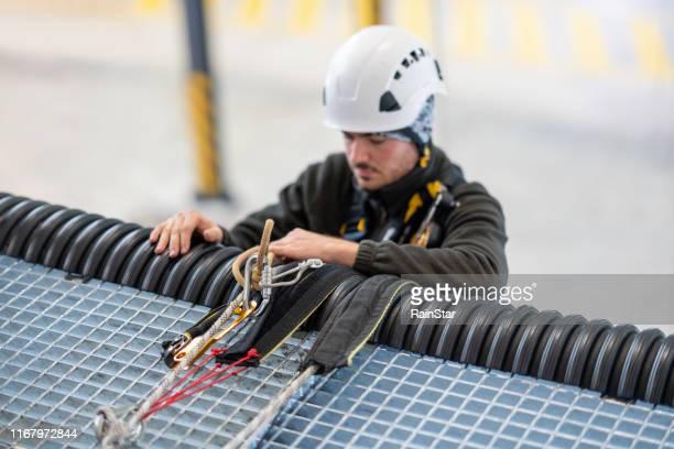 rope access technician werkt in communicatie toren - tuig mast stockfoto's en -beelden