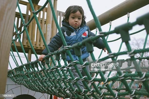rope bridge - peter lourenco photos et images de collection
