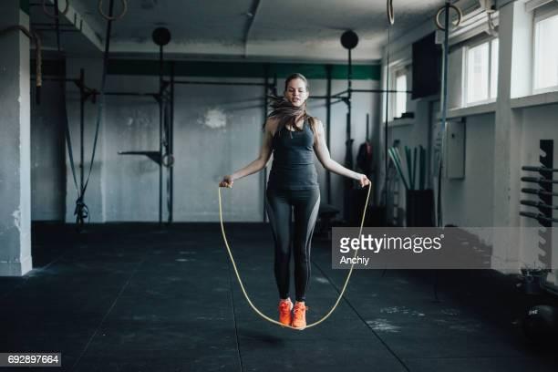 Rope skipping op de sportschool.