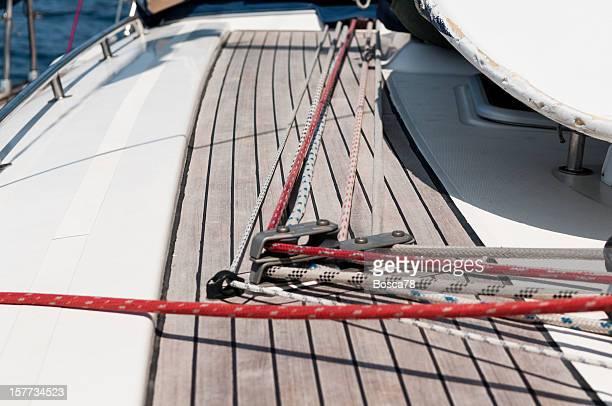 Cordes et des stoppeurs sur un bateau à voile sur la terrasse