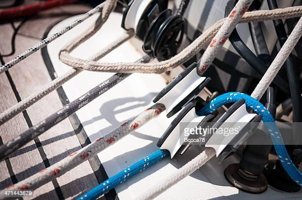 Cordes, pulleys et des stoppeurs sur un bateau à voile sur la terrasse