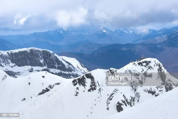 ropeway in gorgeous snowy mountains - cliqueimages stockfoto's en -beelden