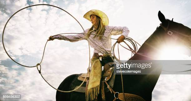 cow-girl main - cowgirl photos et images de collection