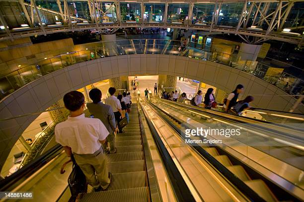 roppongi hills pedestrian escalators. - merten snijders stock pictures, royalty-free photos & images