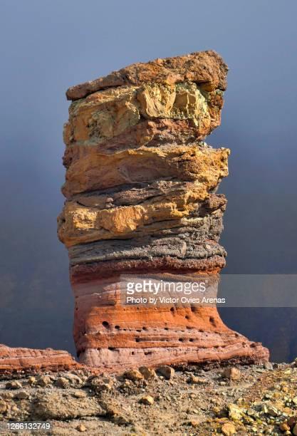 roque cinchado. the multi coloured and most emblematic rock formation in teide national park - victor ovies fotografías e imágenes de stock