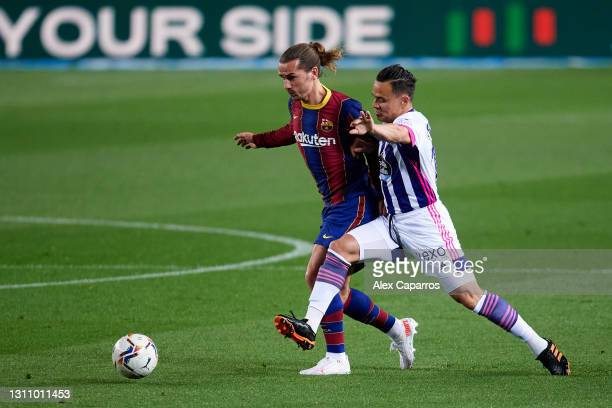 Roque Mesa of Real Valladolid CF fights for the ball with Antoine Griezmann of FC Barcelona during the La Liga Santander match between FC Barcelona...