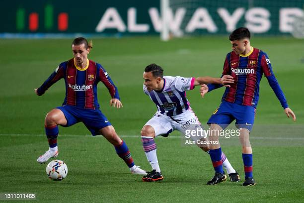 Roque Mesa of Real Valladolid CF fights for the ball with Antoine Griezmann and Pedro 'Pedri' Gonzalez of FC Barcelona during the La Liga Santander...