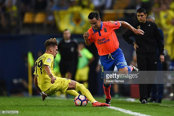 Roque Mesa of UD Las Palmas competes for the ball with Samu Castillejo of Villarreal CF during the La Liga match between Villarreal CF and UD Las...