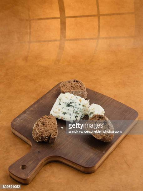 roquefort piece and cut baguette. - chlamydia photos et images de collection