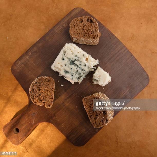 roquefort piece and cut baguette. - clamidia fotografías e imágenes de stock
