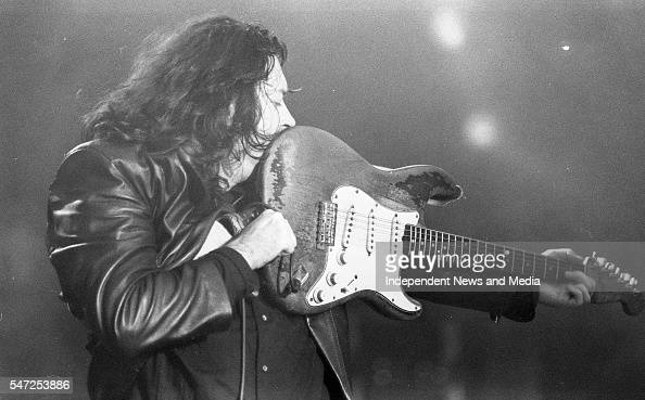 Les Poses Improbables de Rory - Page 12 Rory-gallagher-performing-at-college-green-dublin-15081992-892274-picture-id547253886?s=594x594